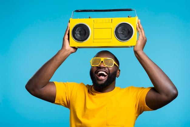 Hombre escuchando música en cassette
