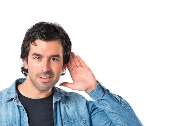 Hombre escuchando sobre fondo blanco aislado