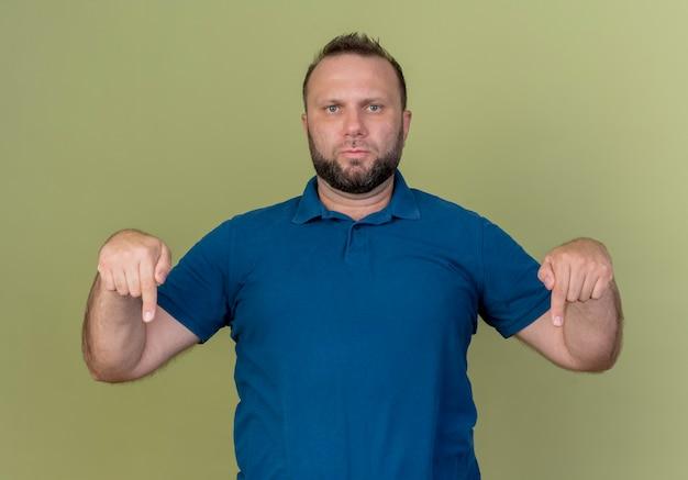 Hombre eslavo adulto estricto apuntando hacia abajo