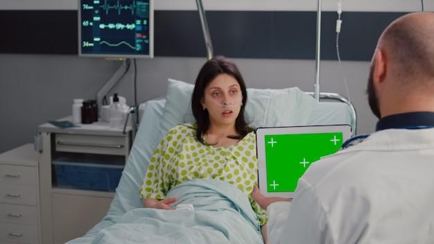 Hombre especialista en bata blanca hablando con una mujer enferma sobre el tratamiento de recuperación de la enfermedad