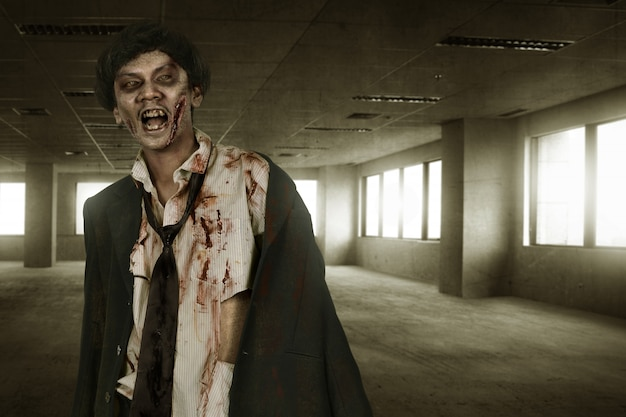 Hombre espeluznante de zombies asiáticos con sangre.