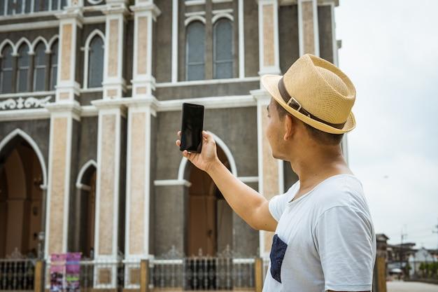 Hombre espera móvil para tomar foto o selfie a sí mismo