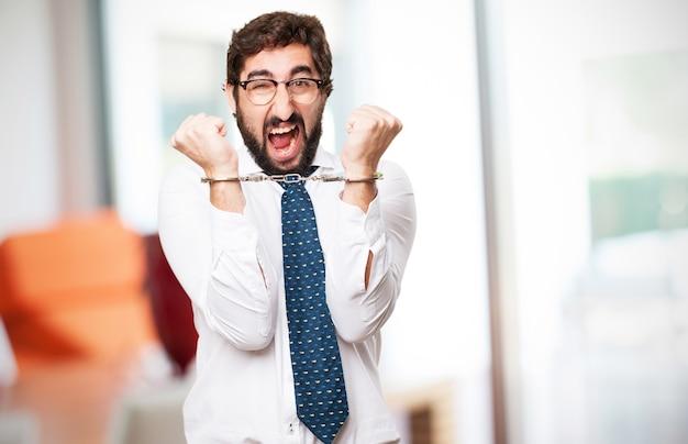 Hombre esposado y gritando
