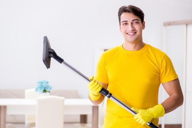 Hombre esposo limpiando la casa ayudando a su esposa