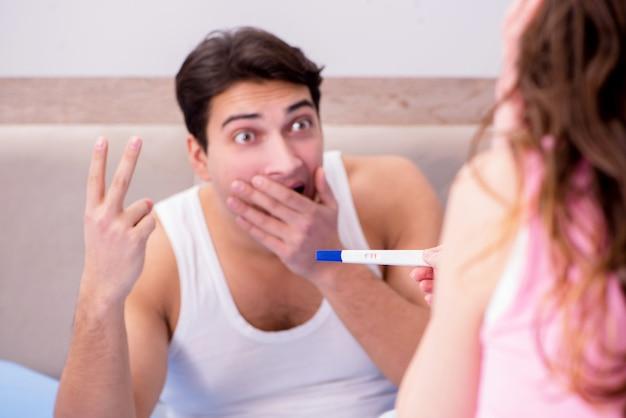 Hombre esposo molesto por los resultados de la prueba de embarazo