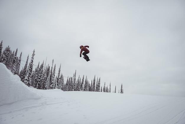 Hombre esquiando en los alpes nevados en la estación de esquí