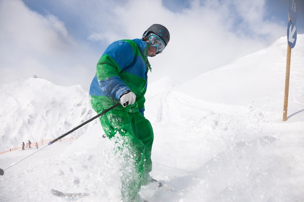 Hombre esquiando cuesta abajo