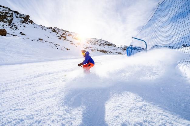 Hombre esquiando en las pistas de esquí.