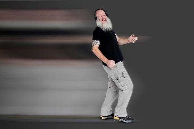 Hombre en estilo de movimiento de estiramiento