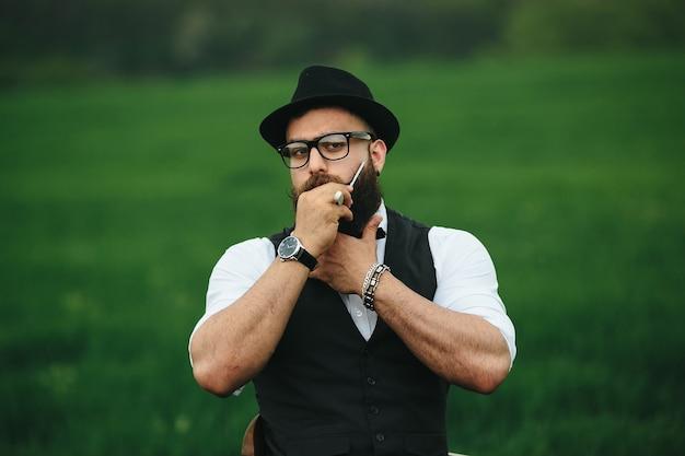 Hombre estiloso posando con sombrero