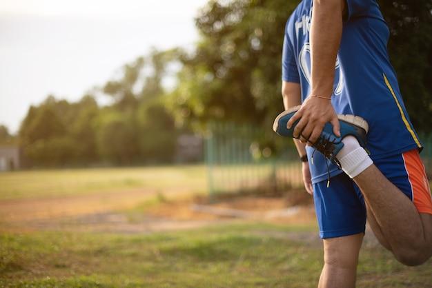Hombre estirando para calentar antes de correr o hacer ejercicio.