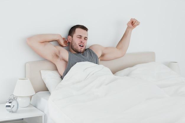 Hombre estirando sus brazos