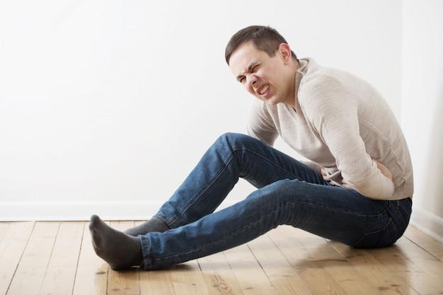 Un hombre con el estómago enfermo