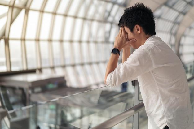 Hombre estresado en aeropuerto