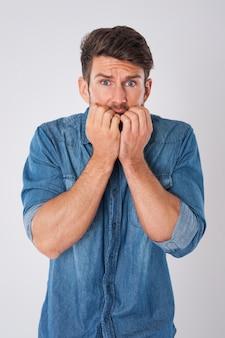 Hombre estresado con una camisa vaquera