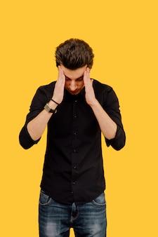 Hombre estresado con las manos en la cabeza