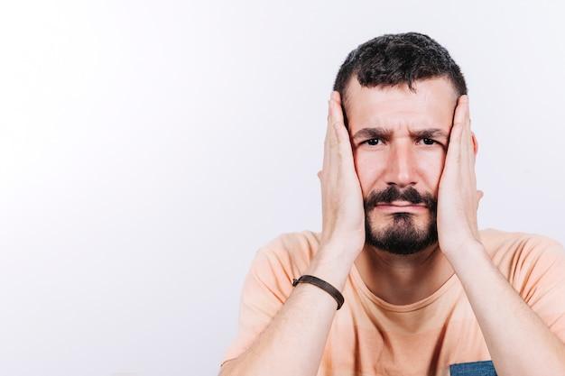 Hombre estresado mirando la cámara
