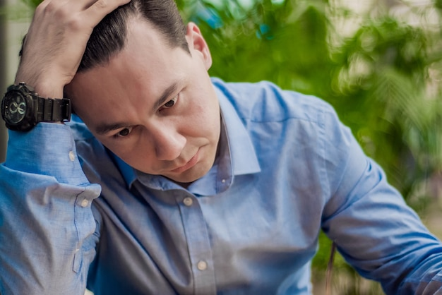Hombre estresado retrato de la emoción, solo hombre. retrato de interior. hombre de negocios en la depresión con las manos en la frente