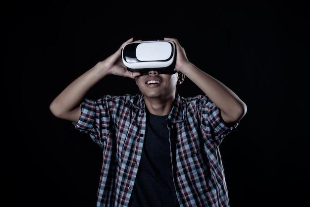 Hombre estudiante con gafas de realidad virtual, auriculares vr.