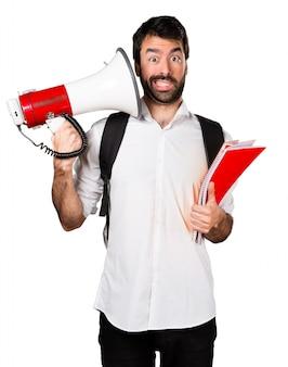 Hombre estudiante gritando por megáfono