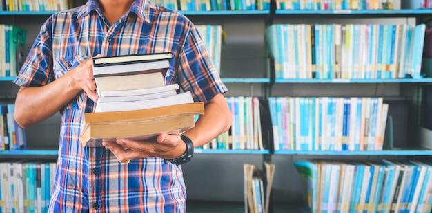 Hombre estudiante trabajando en una biblioteca