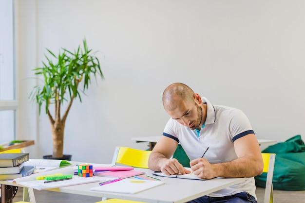 Hombre, estudiar, difícilmente, tabla