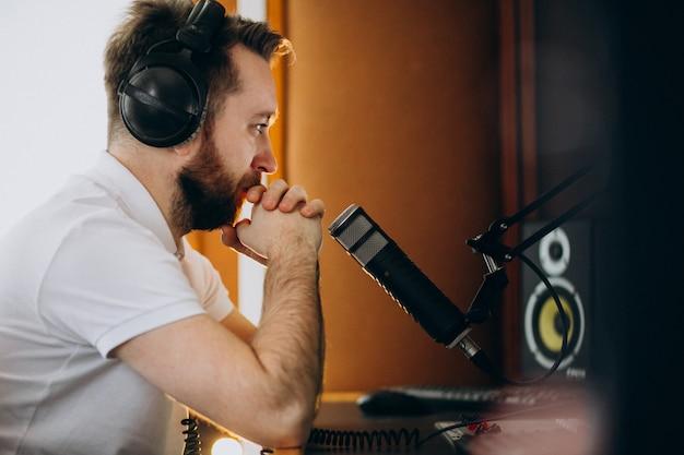 Hombre en un estudio de grabación, producción musical.