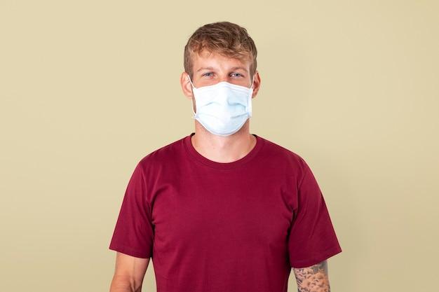 Hombre europeo con mascarilla en la nueva normalidad