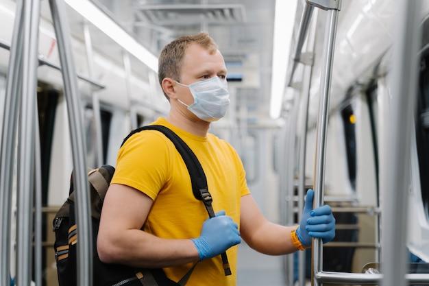 El hombre europeo usa una máscara quirúrgica, viaja en el metro o bajo tierra