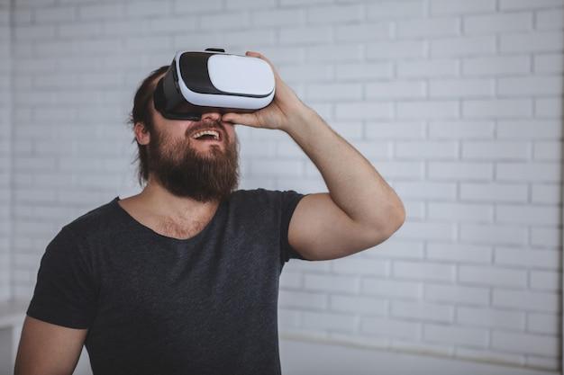 Hombre excitado con gafas de realidad virtual