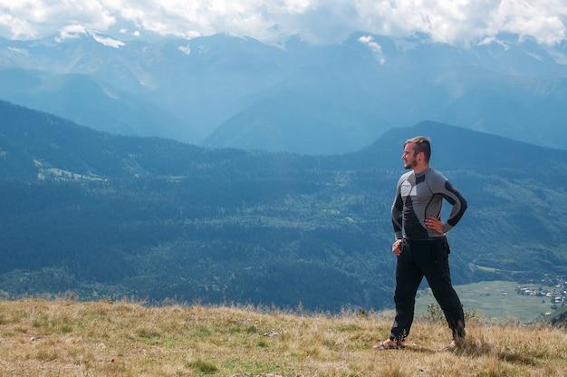 Hombre excursionista en montaña