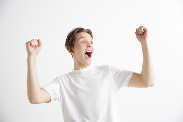 Hombre de éxito ganador feliz extático celebrando ser un ganador. imagen dinámica enérgica del modelo masculino