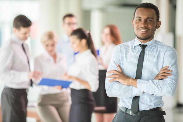 Hombre exitoso en la oficina liderando un equipo de negocios.