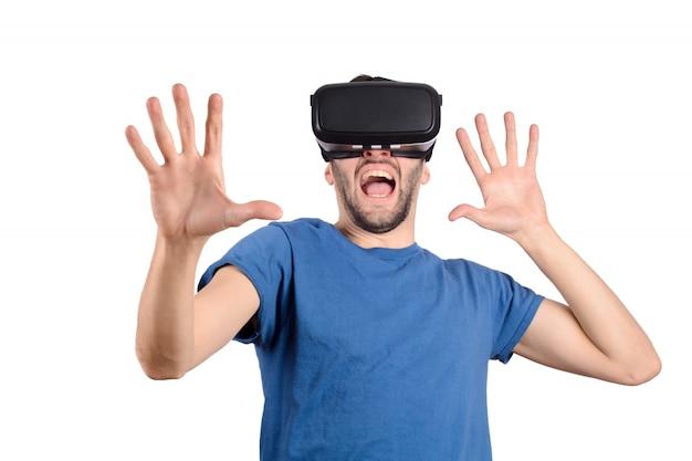 El hombre experimenta la realidad virtual.
