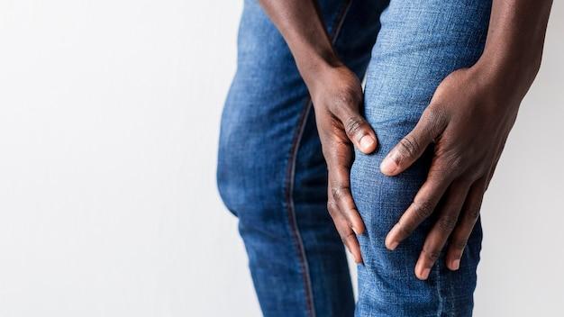 Hombre experimentando dolor de rodilla