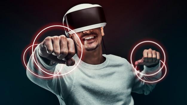 Hombre experimentando tecnología de entretenimiento de simulación de realidad virtual