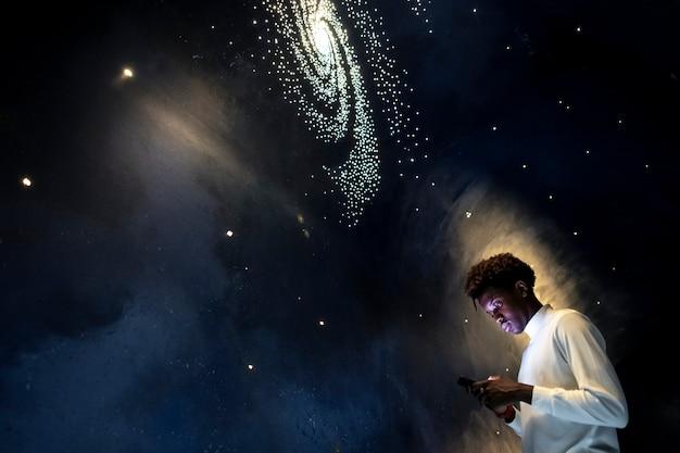 Hombre experimentando el universo en un planetario.
