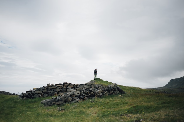 El hombre explora el paisaje tradicional islandés