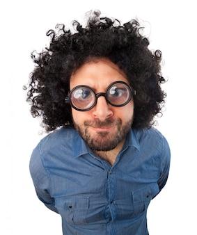 Hombre con expresión loca y cabello hinchado.