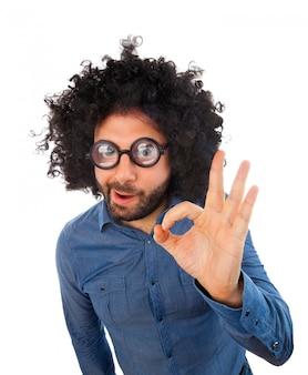 Hombre con expresión loca haciendo gesto ok