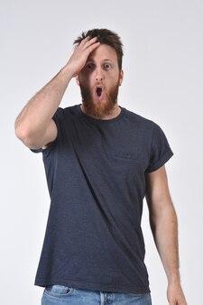 Hombre con expresión de olvido o sorpresa en blanco