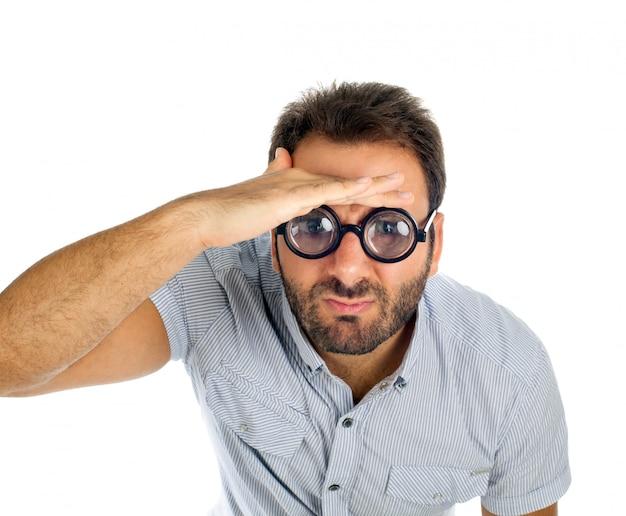 Hombre con expresión sorprendida y gafas gruesas.