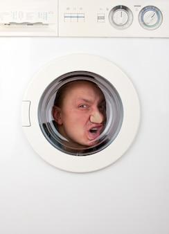 Hombre extraño dentro de la lavadora