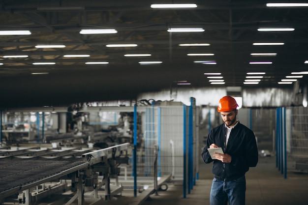 Hombre en una fábrica