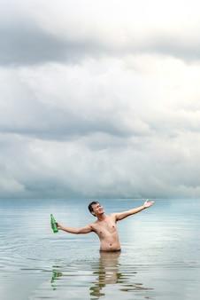 Hombre feliz con los brazos extendidos.