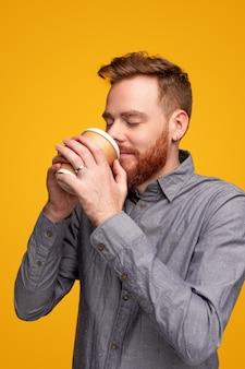 Hombre feliz con café para llevar