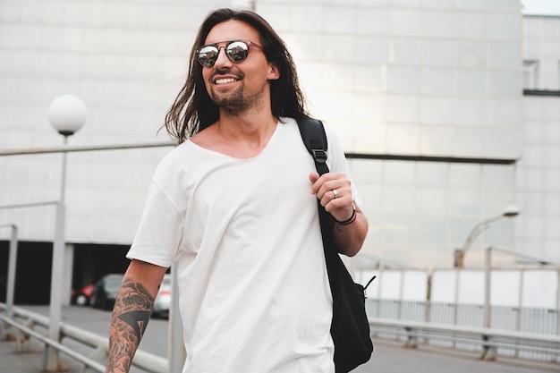 Hombre feliz caminando en la ciudad