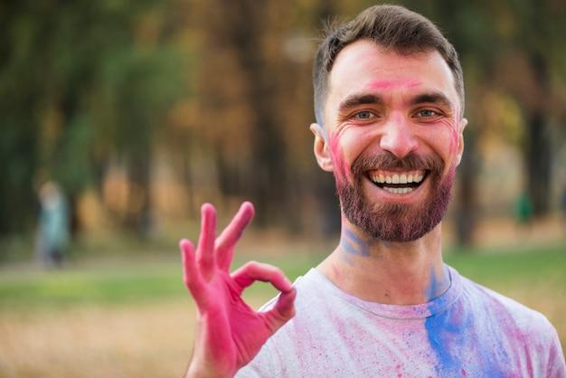 Hombre feliz con cartel bien con las manos