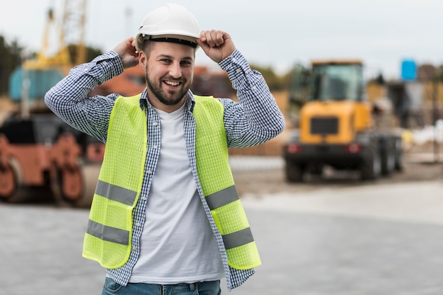 Hombre feliz con casco de seguridad