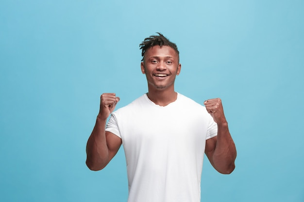 Hombre feliz celebrando ser un ganador